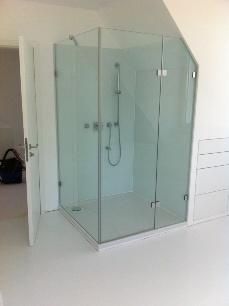 Duschkabine mit Glasrückwand